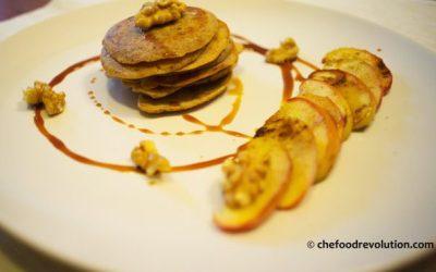 Pancake vegani con mele e melassa d'uva