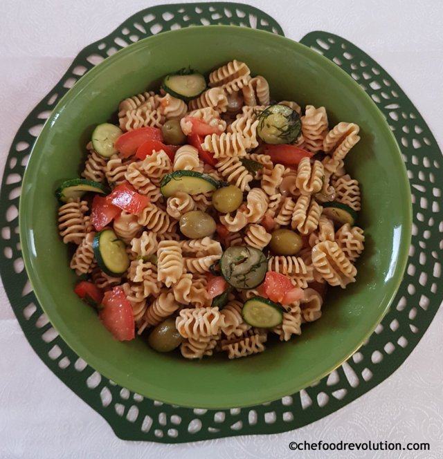 insalata di pasta integrale con zucchine, pomodori, olive e aneto