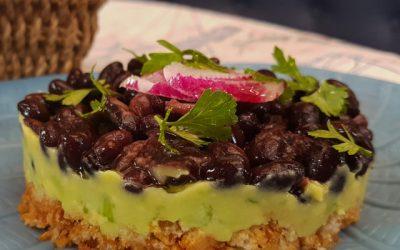 Tuzlu Vegan Cheesecake, siyah kuru fasulye, avokado ve salatalık