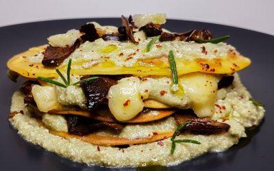 Mini crepes di ceci con mousse di avocado, porri, ricotta e funghi croccanti