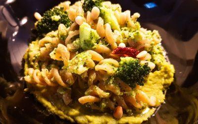 Vegan bezelye ve brokoli soslu makarna: antioksidan ve lezzet zengini