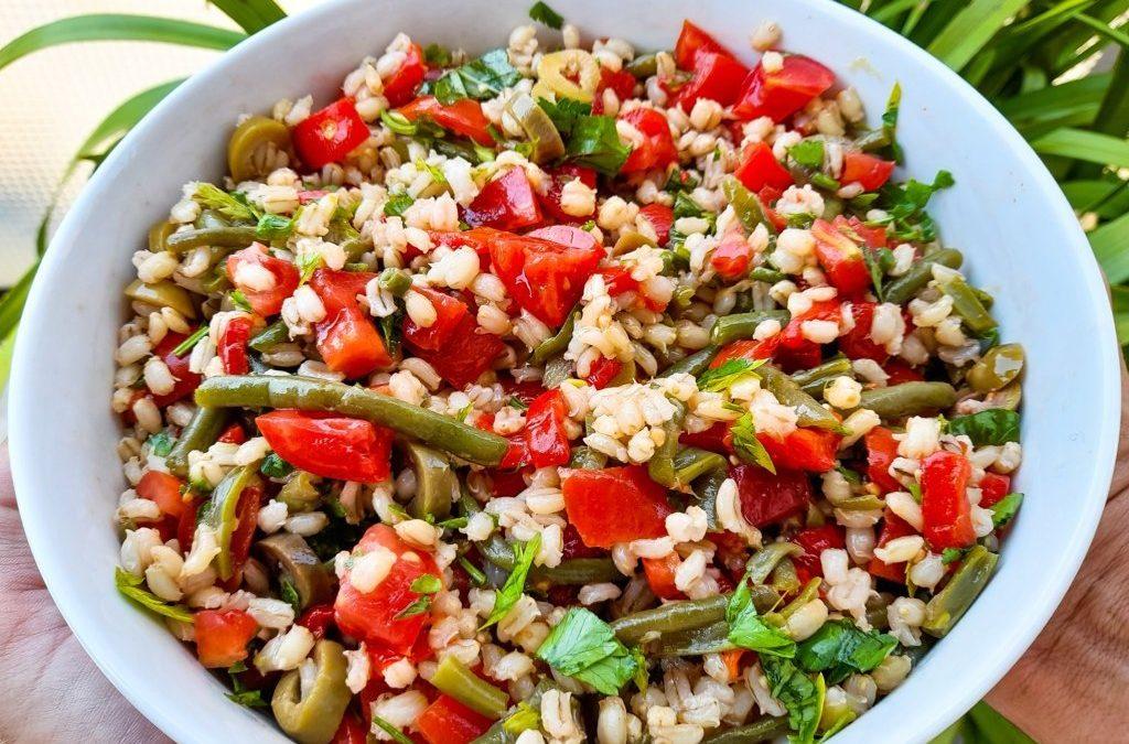 Sebzeli tahıllı salata (arpa): kolay ve ferahlatıcı bir yaz yemeği fikri